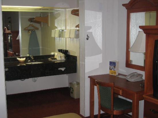 Chula Vista Inn: part of the bathroom