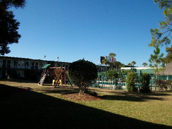 Westgate Inn & Suites: Vista de piscina