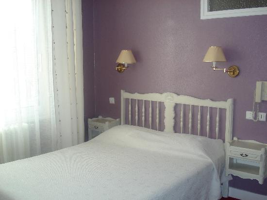 Brit Hotel Marbella : Une assez  jolie chambre tout de même