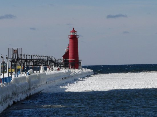 Grand Haven, Мичиган: Looking at the pier from the boardwalk.