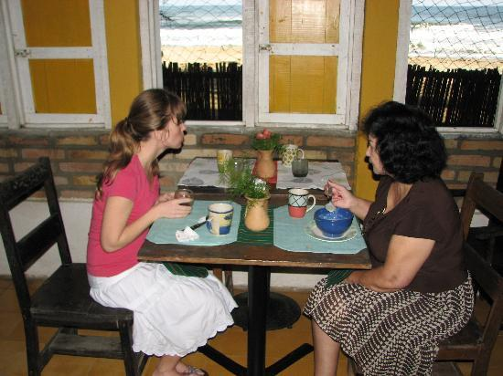Caribbean Coral Inn : Breakfast a-la-beach
