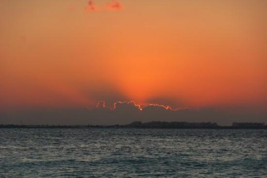 Isla Mujeres, Mexico: Just 2 minutes later!  Fire in the sky!!!