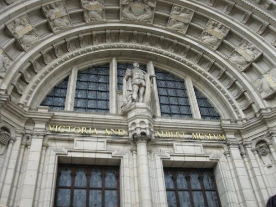 Victoria og Albert Museum: Outside the V & A Museum