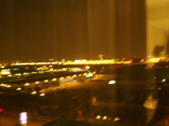 Hilton Los Angeles Airport: Los Angeles @ night (chambre d'hôtel avec vue sur l'aéroport)