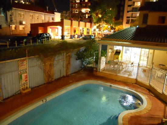 Hay Street Traveller's Inn: Night view from room to clear swimming pool