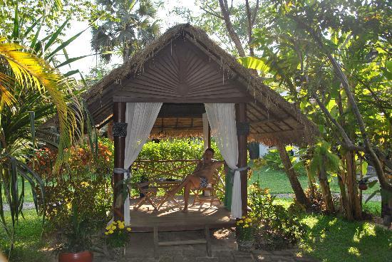 Jardin et tonnelle Maison d\'angkor - Photo de La Maison d\'Angkor ...