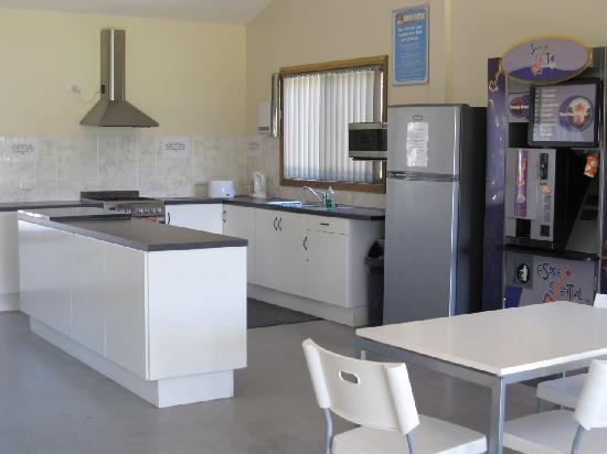 Discovery Parks - Barossa Valley: Indoor kitchen