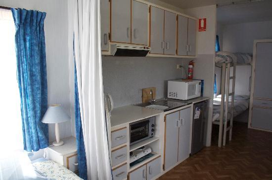 Emu Bay Holiday Homes : Cabin 1 kitchen area