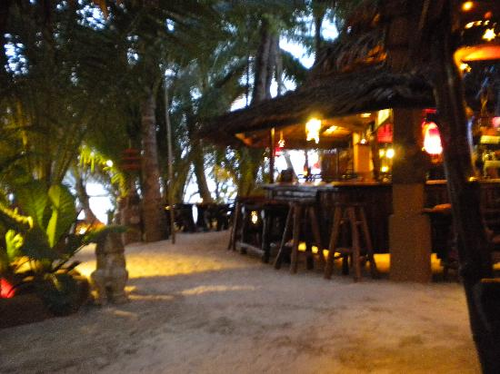 Dolphin Bungalows: the bar and restaurant at night