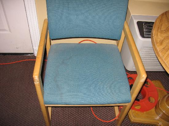 Super 8 Hurricane Zion National Park: dry urine spot and dust on the chair