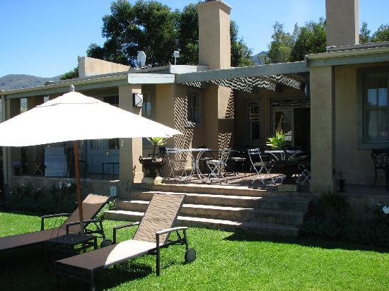 La Cabriere Country House: veranda at pool house where breakfast is served