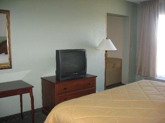 Comfort Inn Madison: Rm 319 - 2 Rm Suite - both Rms had TVs like this one