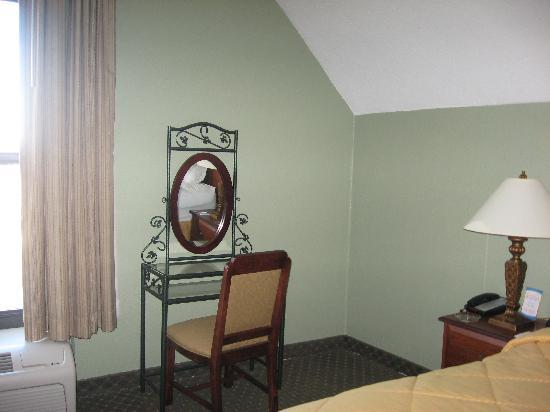 Comfort Inn Madison: Nice vanity, but no outlet for plugging anything in (Rm 319)
