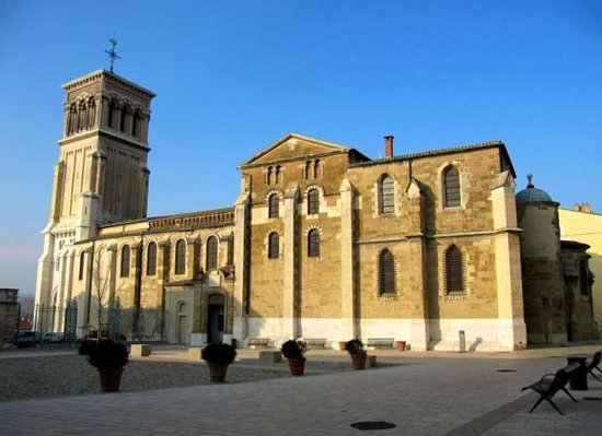 Valence, Fransa: This is the ancient Cathedral of Saint-Apollinaire, which was consecrated by Pope Urban II in 10