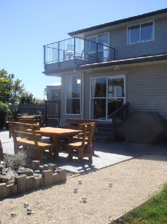 Kervilian Lodge: Sunny garden with seating and bbq