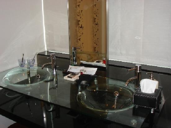 Cross Hotel Sapporo: ガラス基調の洗面台