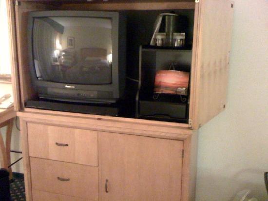 Myrtle Beach Marriott Resort & Spa at Grande Dunes: Antique Panasonic TV with horrible picture