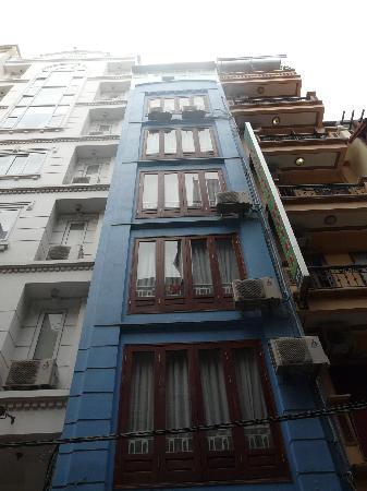 Madame Moon Hotel: Narrow building