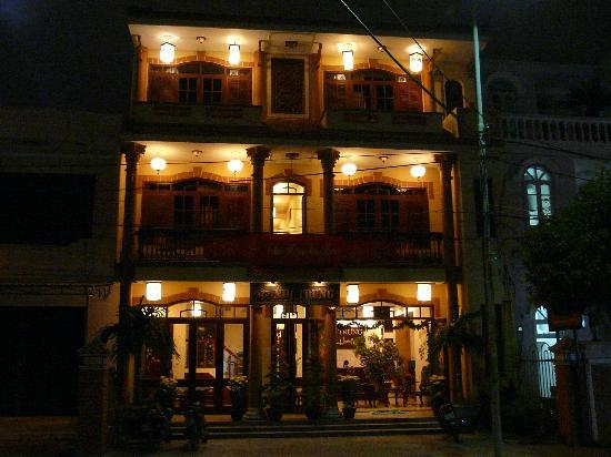 Nhi Trung Hotel: night view
