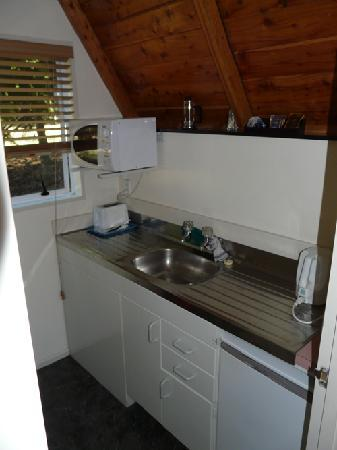 Mountain Chalet Motels: small poorly equipped kitchen