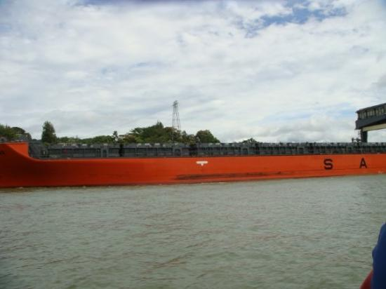 Gamboa, Panama: Yieks... we are in a 24' boat and that ship is friggen huge... Kind of like a fly and me steppin