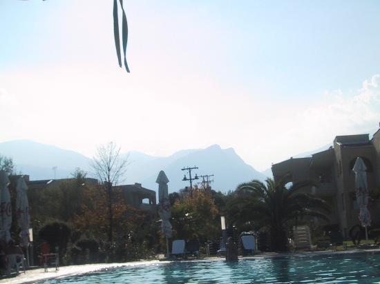 Leptokarya, اليونان: Pool mit Blick auf die Berge