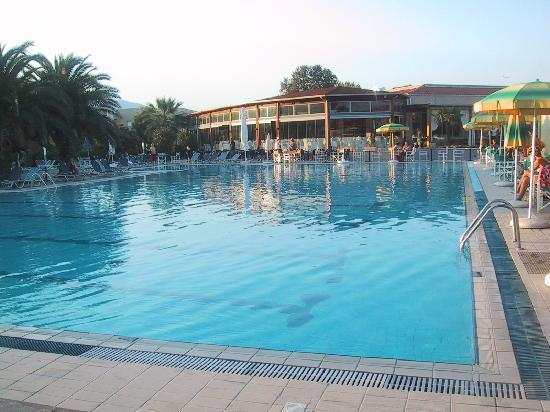 Leptokarya, اليونان: Pool mit Blick auf Hauptgebäude