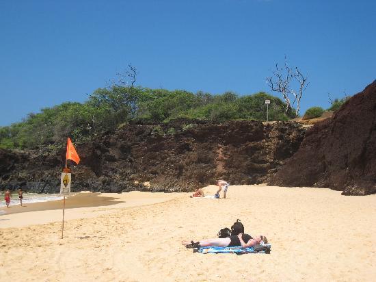 Makena Beach: この崖の向こうがリトルビーチ