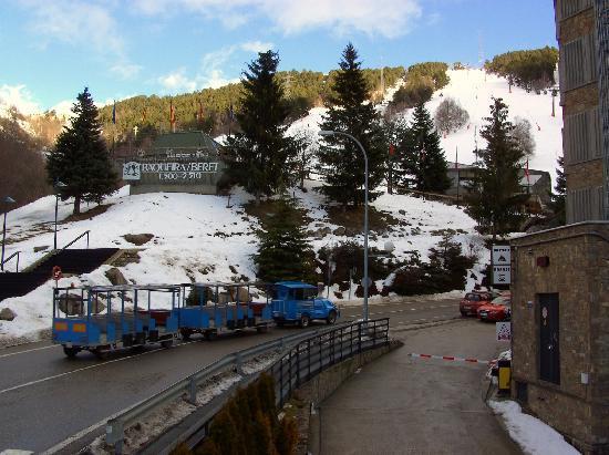 Hotel Tuc Blanc: Vista acceso a pistas y entrada al garaje del hotel