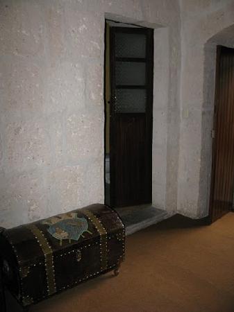 Casablanca Hostal: 2nd room, beautiful chest
