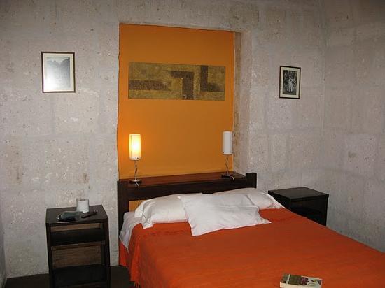 Casablanca Hostal: bed in my 2nd room.