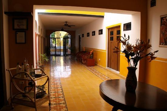 Luz En Yucatan: Hallway to courtyard and swimming pool