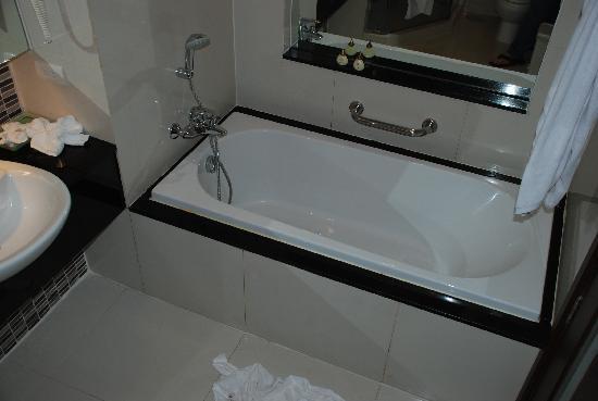 Legacy Suites Sukhumvit by Compass Hospitality: bathroom