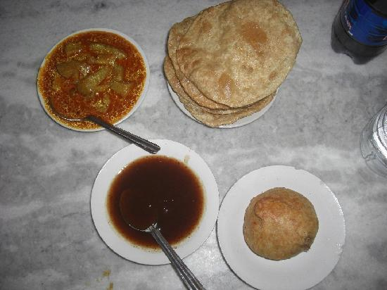 Chhotu Motu Joshi Sweet Shop: Potato bahji, poori, kachori and chutney
