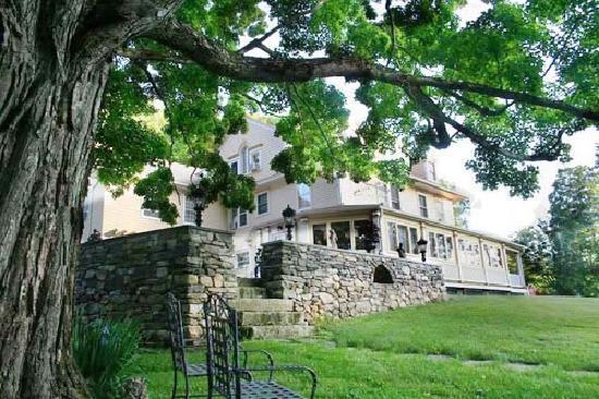 Mountain View Inn: Victorian Courtyard