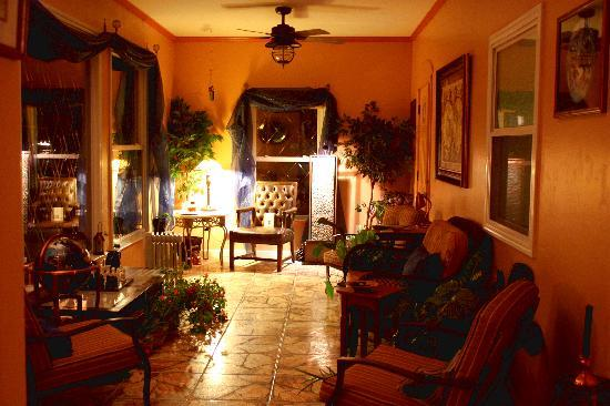 The Little English Guesthouse : The sitting area at night
