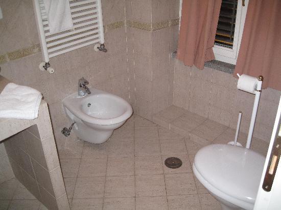 Residenza Canali ai Coronari: SPACIOUS BATHROOM