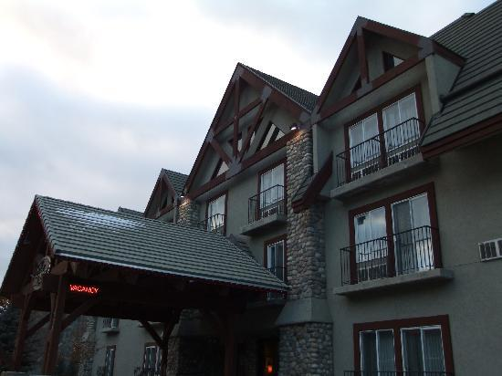 Banff Inn: Hotel from the road