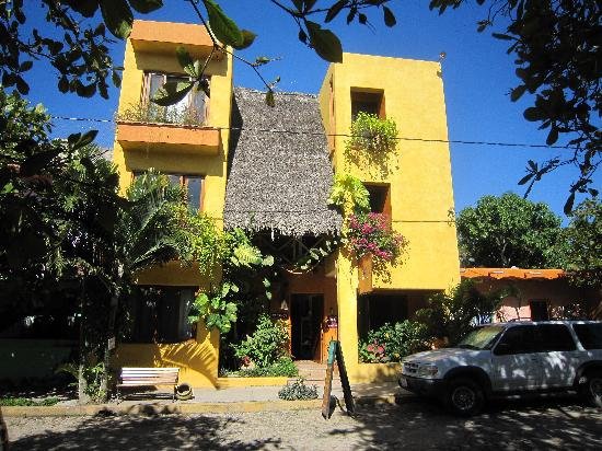 Hotel Cielo Rojo: Front of the hotel on Calle Asia, San Pancho