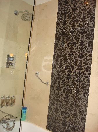 The Twelve Hotel: Shower/Bath