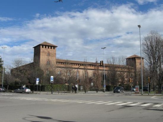 """Pavia, Italia: Castello Visconteo - hrad, podle Lonely Planet, """"se hrozivě vypínající nad městem"""" - akorát že j"""
