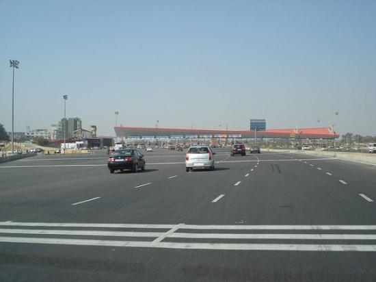 Gurgaon, Indie: This expressway has 4 toll plazas including this 32-lane toll plaza, which is the biggest toll p