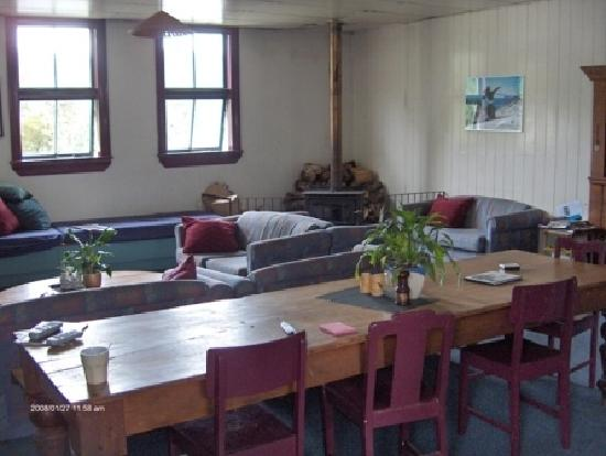 Rutherford Hostel: kitchen and lounge area
