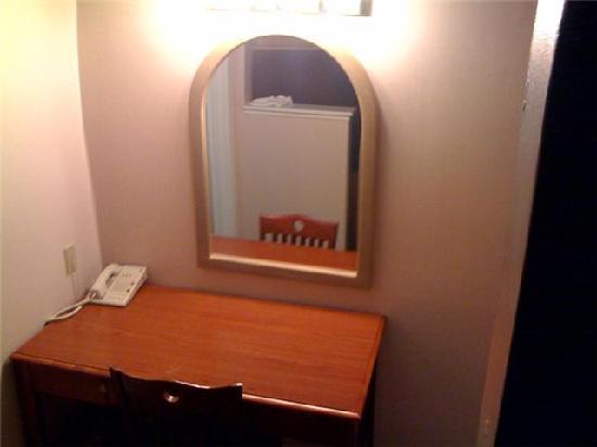 Greenwich Inn: desk/clost area
