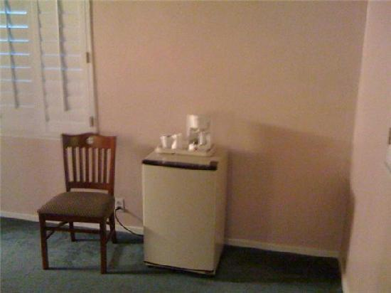 Greenwich Inn: mini fridge and coffee maker
