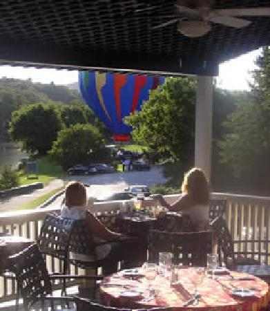 ‪‪Parker House Inn and Restaurant‬: Sunset Ballons and Libations‬