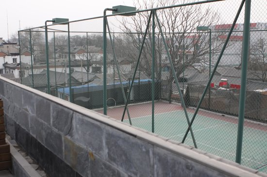 Beijing Guxiang 20 Club : View of the hutong and tennis court.