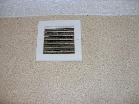 Value Inn Asheboro: Nasty vent in bath room