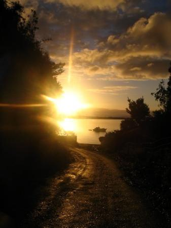 อันคุด, ชิลี: bajada de colina a playa en Caulín, atardecer,domingo 27 abril 2008, sin photoshop.Chiloé