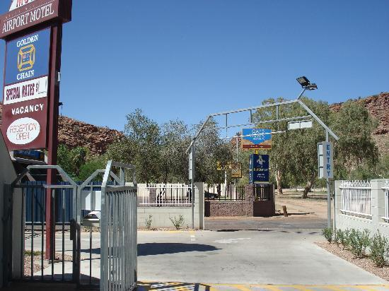 Alice Springs Airport Motel: entry to hotel